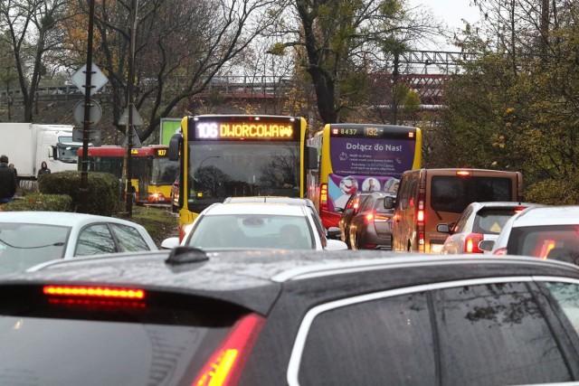 Przez cały 2019 rok firma TomTom sprawdzała natężenie ruchu w 416 miastach 57 państw na całym świecie. Oczywiście nie mogło zabraknąć największych polskich miast. Niestety jak wynika z raportu TomTom Traffic Index, obejmującego dane dotyczące 12 aglomeracji z Polski, poziom zakorkowania zwiększył się we wszystkich. Wrocław znalazł się w pierwszej piątce najbardziej zatłoczonych rodzimych miast, a także w pierwszej 20-ce europejskich.  W pierwszej 10 europejskich aglomeracji zmieściły się dwa miasta z naszego kraju, ale korkowymi liderami w Europie są: Moskwa (poziom zatłoczenia - 59 proc.), Istambuł (55 proc.), Kijów (53 proc.). W globalnej czołówce znalazły się: Bengalur w Indiach (zatłoczenie na poziomie 71 proc.), Manila na Filipinach (71 proc.) oraz Bogota w Kolumbii (68 proc.).Jak Wrocław wypada na tle innych ośrodków w kraju, jak dużo czasu marnujemy tkwiąc w korkach, wreszcie najbardziej i najmniej zakorkowane dni w roku. Te wszystkie informacje znajdziesz na kolejnych slajdach. Nasze miasta poszeregowaliśmy od stosunkowo najmniej do najbardziej zakorkowanych.