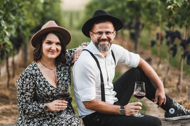 Ewelina Ptak oraz Marcin Ptak, właściciele winnicy Złota Wieś. To kolejna ciekawostka w tej miejscowości. Wcześniej Tadeusz Ptak otworzył tam Ptasi Azyl