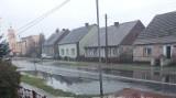 """Po deszczu na drodze w Radnicy tworzą się """"jeziora"""". Ulica jest zalewana, a z nią piwnice mieszkańców. A droga jest po remoncie"""
