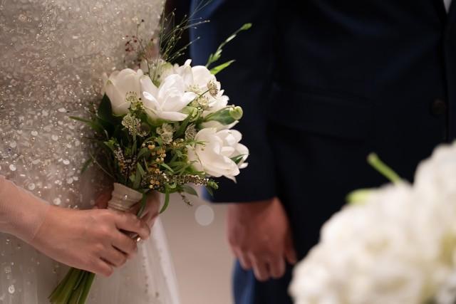 """Najnowsze łagodzenie obostrzeń daje nadzieje młodym parom, że uda im się zorganizować swoje wesele. Już od 15 maja będzie można organizować je na świeżym powietrzu dla 25 osób, a dwa tygodnie później w lokalu na 50 osób. Wraz z weselem wiąże się """"problem"""" prezentu dla pary młodej. Od kilku lat goście decydują się głównie na kopertę z gotówką. Ile powinniśmy dać młodej parze w kopercie? Sprawdzamy aktualne stawki. Szczegóły na kolejnych zdjęciach >>>"""
