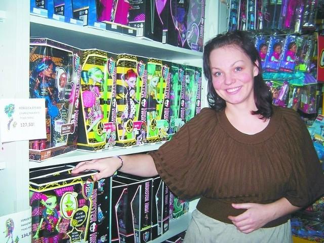 Ełk. W sklepach już święta.– Mamy coraz więcej klientów. Ludzie chcą ominąć ten przedświąteczny szał zakupów i już teraz kupują prezenty dla swoich pociech – mówi Judyta Ostapkiewicz, kierownik sklepu Legendary Toys w Ełku.
