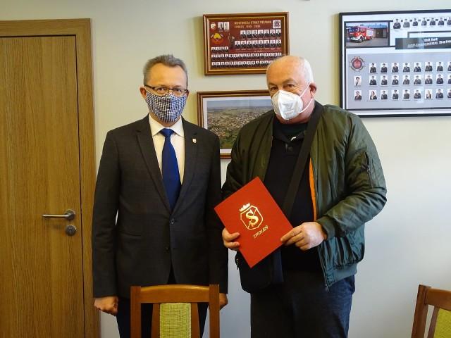 """Burmistrza Zwolenia Arkadiusz Sulima (z lewej) oraz Andrzej Koczoń z firmy """"Multibau""""."""