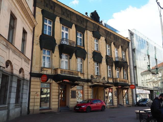 Dawną świetność odzyska zabytkowa kamienica przy placu Wolności 2 w centrum Łodzi. Jest ona wyjątkowa. A to dlatego, że na parterze wciąż działa najstarsza apteka w mieście, zaś na piętrze mieści się dobrze znane łodzianom, mające niepowtarzalny klimat Muzeum Farmacji. ZOBACZCIE KOLEJNE ZDJĘCIA>>>>