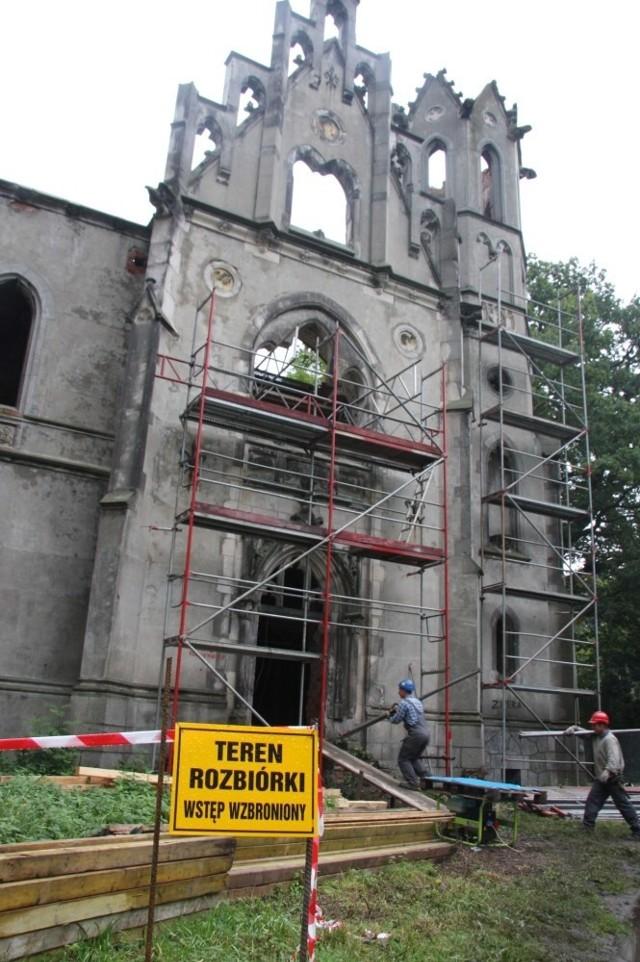 Zarmen już zaczął remont zrujnowanego pałacu.  Ale go nie skończy.