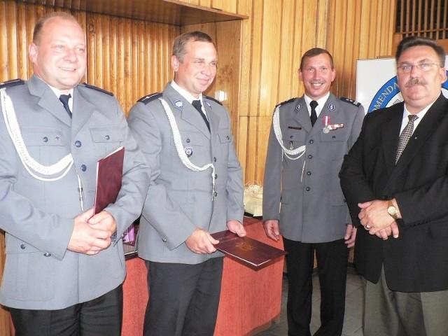 Za wzorowe wykonywanie obowiązków służbowych, wysoką efektywność i zaangażowanie, Komendant Powiatowy Policji w Gryficach, wyróżnił nagrodami pieniężnymi 102 funkcjonariuszy i 22 pracowników cywilnych.