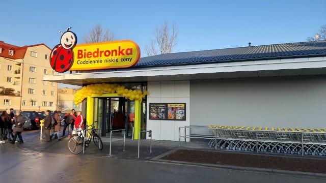 """Przy ul. Wolności w Słupsku otwarto nowy sklep sieci Biedronka. Placówka jest zlokalizowana vis a vis dotychczasowego sklepu Biedronka, który działa w przebudowanym obiekcie po restauracji """"Piracka"""". Aktualnie w Słupsku jest 15 sklepów sieci Biedronka. Budowa kolejnego trwa przy ul. Grunwaldzkiej."""