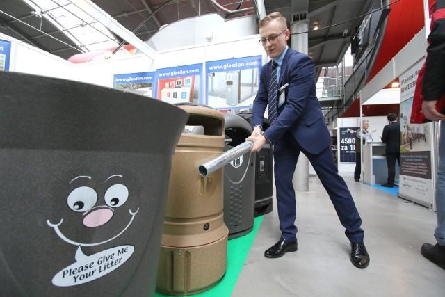 Niezniszczalne kosze i inne nowości na targach w KielcachNiezniszczalny kosz na śmieci prezentuje Piotr Muniek z firmy Glasdon.