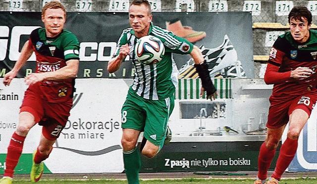 Czy Adamowi Cieślińskiemu (w środku z piłką) trener Tomasz Asensky szykuje nową pozycję na boisku? Za napastnikiem...