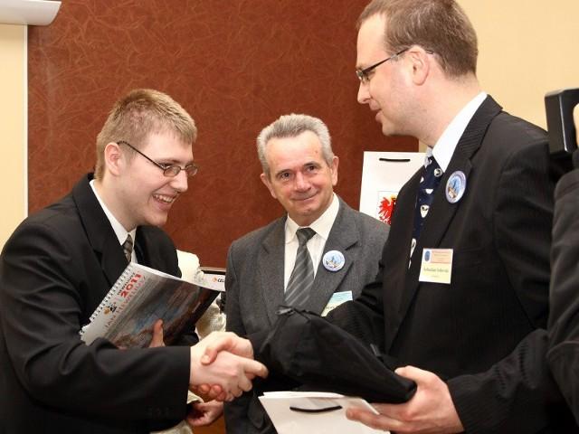 Michałowi Żyłowskiemu z Grudziądza, finaliście 37 OMSA gratulował Sebastian Soberski, szef grudziądzkiego planetarium i obserwatorium.
