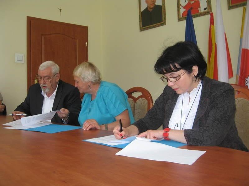 Porozumienie podpisali (od lewej) prof. Wiesław Jamrożek, Lubow Maslinnikowa, wicedyrektor filii w Pskowie oraz Izabela Kumor - Pilarczyk, kanclerz ŁWSzH.