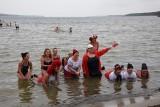 Morsy w jeziorze Miedwie. Niepodległościowa kąpiel biało-czerwona ZDJĘCIA