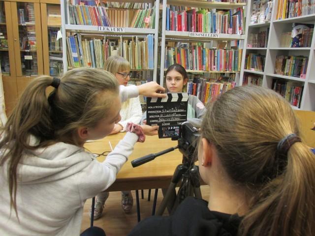 """W Szkole Podstawowej nr 4 w Oświęcimiu uczniowie i nauczyciele nagrywają ,,Fakty Czwórki"""" od 12 lat"""