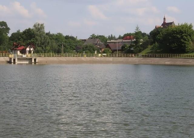 W zalewie w Jastrzębiu w powiecie szydłowieckim można się kąpać.