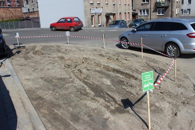 """Tabliczki """"Szanuj zieleń, nie parkuj"""" pojawiły się na parkingu po dawnym Tarmilo. Zobacz zdjęcia >>>"""