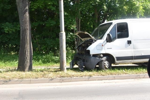 Kierujący jumperem doprowadził do kolizji na ul. Lwowskiej, zjechał rozbitym autem na poboczu, po czym wziął nogi za pas