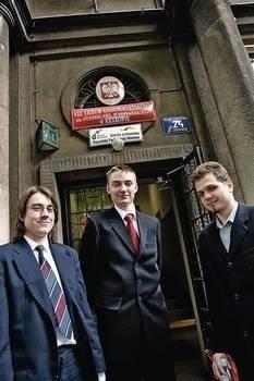 Uczniowie VIII LO (od lewej) Michał Nowak, Michał Kaczmarek i Maksymilian Kusak zdawali wczoraj maturę z matematyki. Już za rok podobny egzamin będą musieli napisać obowiązkowo wszyscy maturzyści w kraju. Fot. Grzegorz Ziemiański
