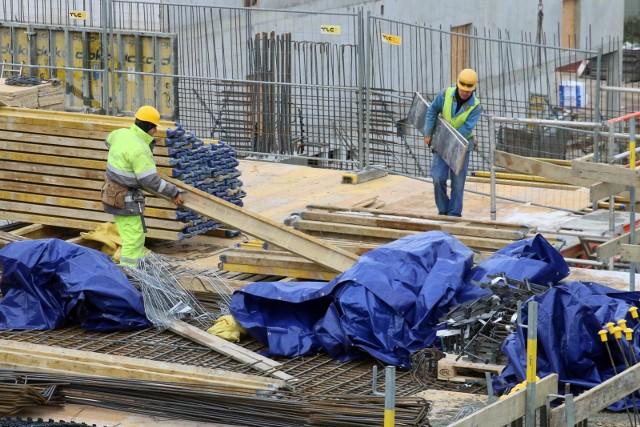 Jak podaje Okręgowy Inspektorat Pracy w Bydgoszczy, w 2020 r. doszło do 130 wypadków przy pracy, w tym 12 było śmiertelnych, a 43 zakończyły się ciężkimi obrażeniami, reszta lekkimi. Do najcięższych doszło w budownictwie.