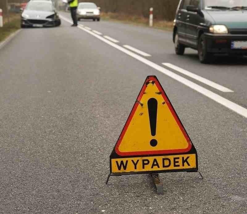 """Wypadek na """"siódemce"""". W Leźnie zderzyły się czołowo samochody. Cztery osoby ranne"""