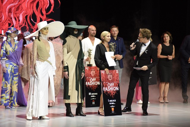 Żaneta Siłkowska, zwyciężczyni 22. Międzynarodowego Konkursu dla Projektantów i Entuzjastów Mody Off Fashion 2021 ze swoimi zwycięskimi projektami. Z prawej prezenter Mateusz Szymkowiak.