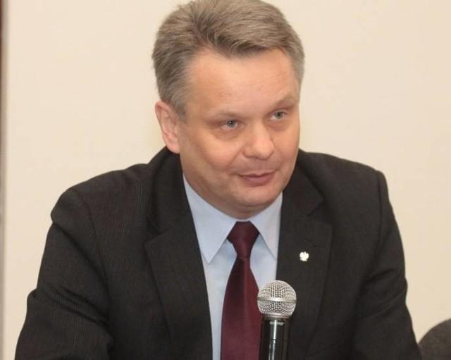 Według śledczych w czerwcu, już miesiąc po terminie składania wniosków, Mirosław Maliszewski wycofał swój poprzedni wniosek i złożył kolejny, na którym sfałszował podpis żony.