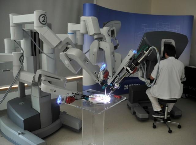 Operacja przy pomocy robota jest bardziej precyzyjna. W Polsce dotychczas jest jeden robot, ale jego operacji nie refunduje NFZ