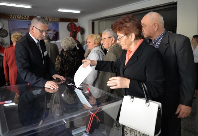 Trwają wybory parlamentarne 2019. Na zdjęciu głosowanie w Obwodowej Komisji wyborczej nr 16 w Szkole Podstawowej nr 16 w Przemyślu.