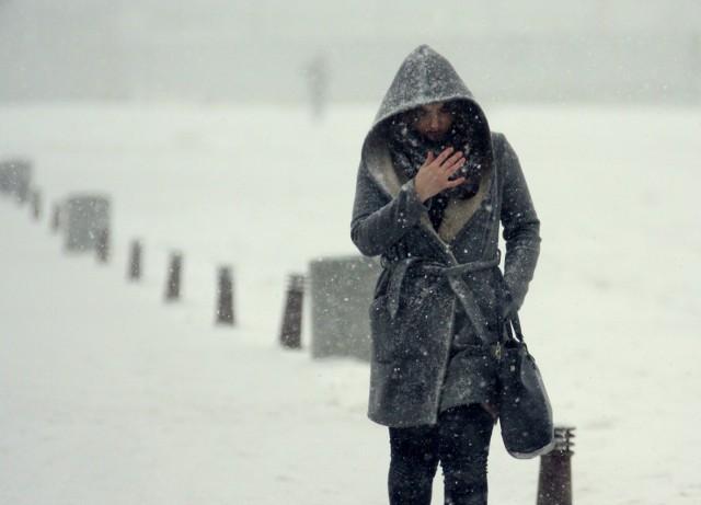 Pogoda na Dolnym Śląsku na najbliższe godziny i dni nie zapowiada się najlepiej. W Sudetach wciąż mocno wieje, do tego sypnęło śniegiem. Niżej musimy się liczyć z oblodzeniami, a niewykluczone, że śnieg i śnieg z deszczem spadnie także w nizinnej części Dolnego Śląska.  SPRAWDŹ SZCZEGÓŁY I AKTUALNE OSTRZEŻENIA METEO DLA WROCŁAWIA I DOLNEGO ŚLĄSKA - PRZEJDŹ DO KOLEJNYCH SLAJDÓW PRZY POMOCY STRZAŁEK LUB GESTÓW NA TELEFONIE KOMÓRKOWYM