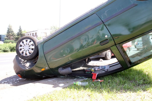 Samochód dachował (zdjęcie ilustracyjne)