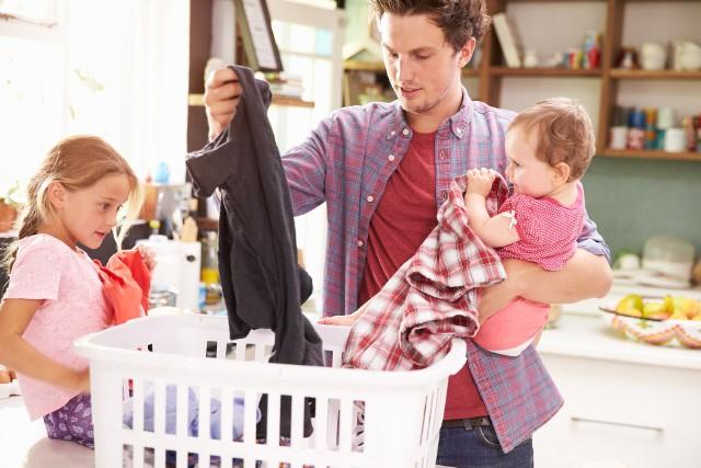 Kochasz czarne ubrania i stanowią one większość Twojej szafy?  To świetnie, ale musisz wiedzieć jak je odpowiednio prać, aby zachować głębię koloru.