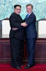 Kim Dzong Un i Mun Dze In rozmawiali o pokoju. Historyczne spotkanie przywódców Korei Północnej i Południowej [WIDEO]