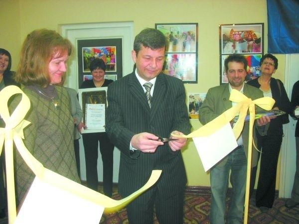 Wystawę otworzyli Małgorzata Borowska, prezes białostockiego oddziału Klanzy i burmistrz Tadeusz Matejko