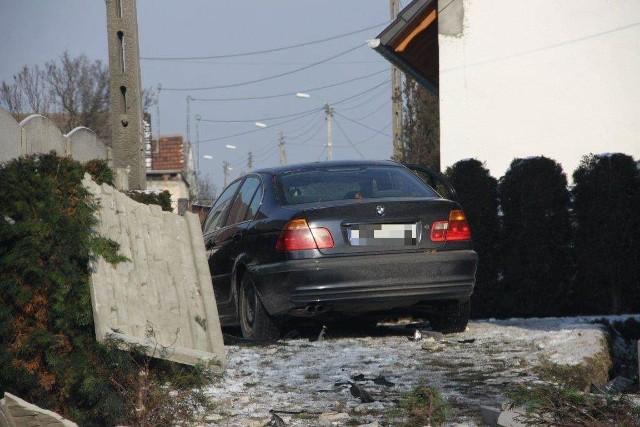 Pijany kierowca staranował audi i ogrodzenie.