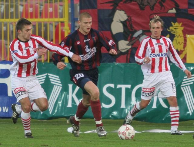 Przemysław Kaźmierczak (wśrodku) jest w rewelacyjnej formie. Przed tygodniem świetny mecz z Zagłębiem Lubin. Teraz popisowa partia przeciwko Cracovii. W rankingu na najlepszego piłkarza Pogoni już jest pierwszy.