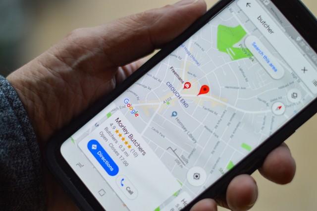 Nowa funkcja Google Maps jest już dostępna w Polsce! Live View to nowa funkcja map Google wykorzystująca rozszerzoną rzeczywistość. W założeniu ma pomóc pieszym sprawniej poruszać się po ulicach. W których miastach jest dostępna? Wszędzie tam, gdzie mapy Googla oferują Street View. Jakie to miejsca? Zobacz dalej
