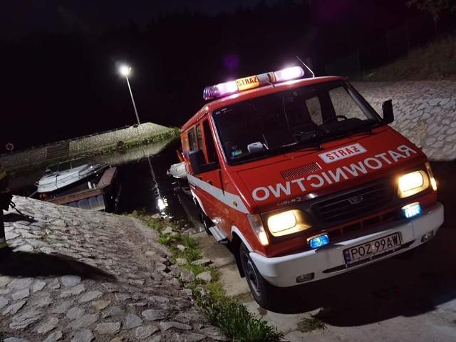 W środę po godz. 21. strażacy musieli przyciągnąć do brzegu dryfującą po warcie łódź.