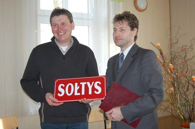 Kazimierz Konowalski (z lewej) odbiera tablicę należną sołtysowi z rąk Mariusza Piotrkowskiego, wiceburmistrza Szubina.