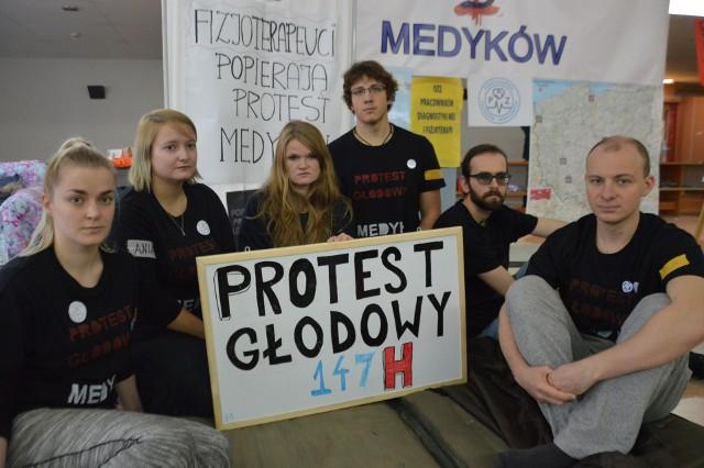 Od soboty trwa głodówka w Uniwersyteckim Szpitalu Klinicznym przy ul. Borowskiej. Na zdjęciu od lewej: Gosia, Ania, Patrycja, Mateusz, Krzysiek i Paweł.