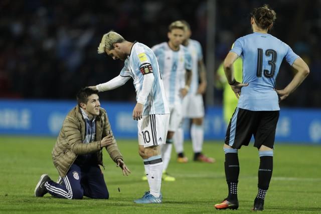 Argentyna - Urugwaj: kibic oddaje hołd Messiemu