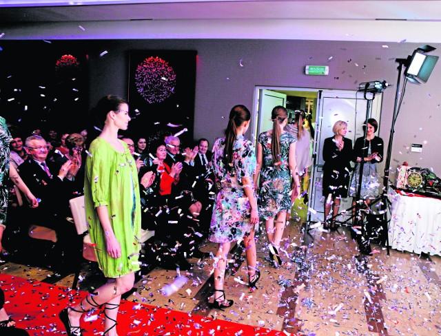 Pokaz mody marki Eleganza - kolekcji wizytowej i kolekcji AB Nahlik - w wykonaniu pięknych modelek zachwycił i panie, i panów
