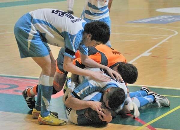 Kamil Nowakowski utonął w objęciach kolegów po tym, jak strzelił gola dającego TPH nie tylko zwycięstwo, ale też utrzymanie w ekstraklasie