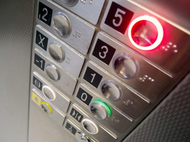 opłata za windę w blokuZa windę w bloku często muszą płacić również osoby, które z niej nie korzystają.