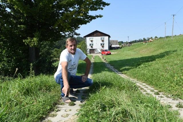 Stanisław Pogwizd 11 lat temu ułożył 80-metrową drogę z płyt, które otrzymał od gminy