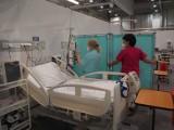 Pierwsi pacjenci z potwierdzonym koronawirusem trafili do szpitala tymczasowego otwartego w hali Expo przy al. Politechniki w Łodzi.