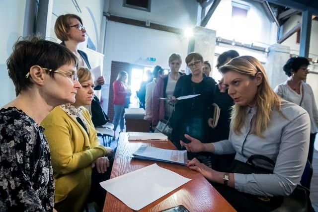 Bezpłatne konsultacje i wykłady dotyczące zatrudnienia cudzoziemców w Polsce zorganizował (18 kwietnia) bydgoski oddział ZUS wspólnie z Sejmikiem Gospodarczym Województwa Kujawsko-Pomorskiego. Dlatego, że rośnie zainteresowanie takimi pracownikami, a w tym roku zmieniły się zasady ich zatrudniania.