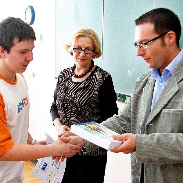 Na zdjęciu: zdobywca pierwszej nagrody (z  lewej) odbiera dyplom z rąk Marcina  Żekońskiego, koordynatora Projektu Euro we  Włocławku, obok Irena Podłucka, dyrektor LZK.