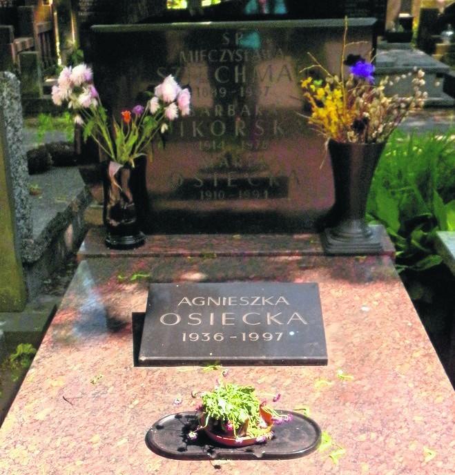 Poetkę pochowano na warszawskich Powązkach