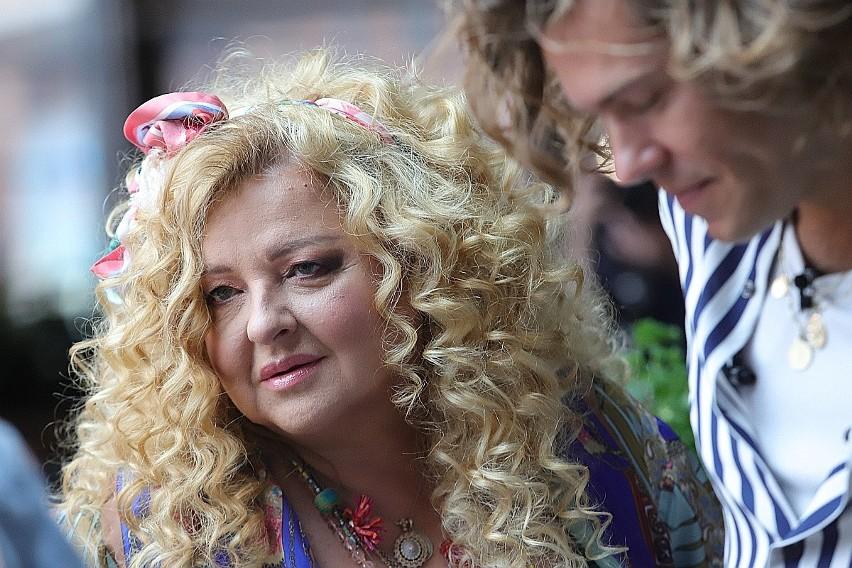 Magda Gessler w sobotę (30 sierpnia) odwiedziła Łódź, by wziąć udział w otwarciu Qulinarium, nowej strefy gastronomicznej w Manufakturze. Przy okazji opowiedziała o swoim telewizyjnym show i  marzeniu, by znów można było podróżować po całym świecie. Zdradziła też przepisy na dwa swoje dania.CZYTAJ DALEJ NA KOLEJNYM SLAJDZIE
