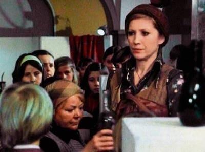 """Kadr z """"Bruneta wieczorową porą"""". Uczniowie, butelka i sprzątaczka. """"Będzie z tego klasówka!"""" - ostrzega Emilia Krakowska. Fot. Archiwum"""
