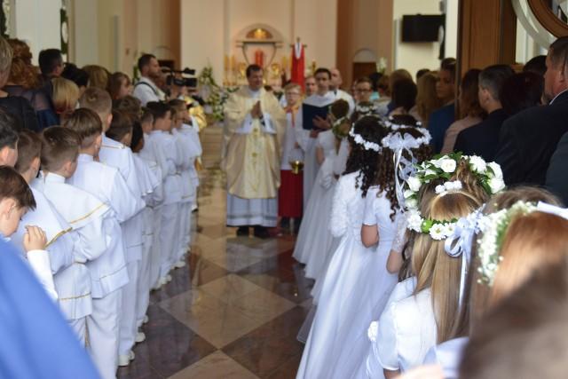 Z powodu pandemii i ograniczeń w wielu parafiach Pierwsza Komunia Święta będzie podzielona na kilka tur a dzieci będą przyjmować ją w mniejszych grupach