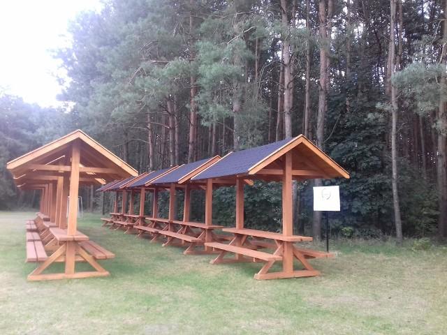 Mieszkańcy gminy mogą już korzystać z drewnianych ław na polanie w Dębowym Polu, gdzie corocznie odbywają się wydarzenia rocznicowe związane z bitwą, do której doszło tam w 1944 roku.